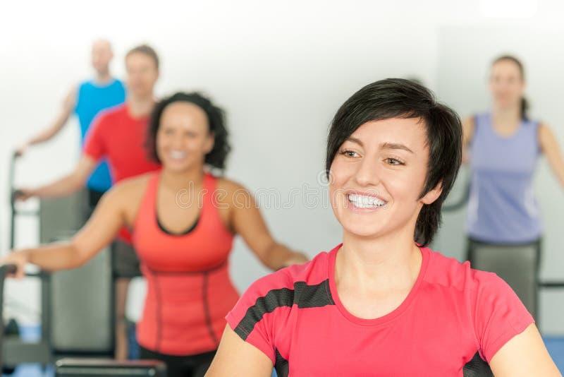 Lächelnde Frau am Eignungkategorien-Gymnastik-Training lizenzfreie stockbilder