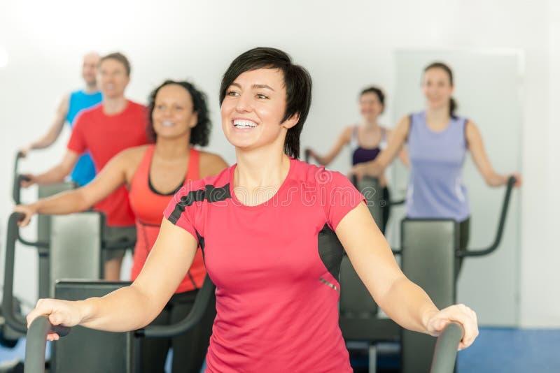 Lächelnde Frau am Eignungkategorien-Gymnastik-Training lizenzfreie stockfotografie