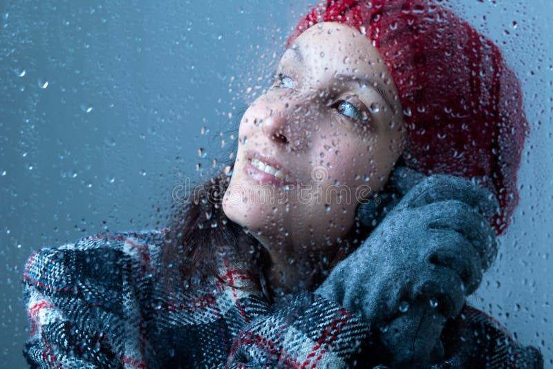 Lächelnde Frau an einem regnerischen Tag lizenzfreie stockfotografie