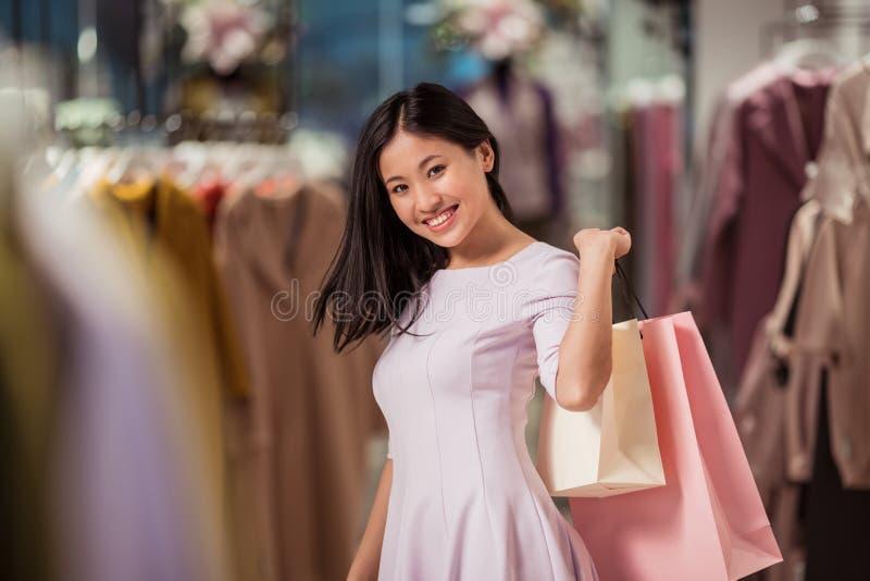 Lächelnde Frau in einem Speicher lizenzfreie stockfotografie