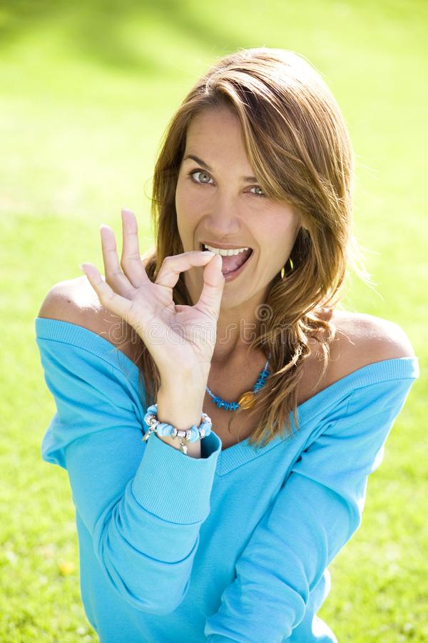 Lächelnde Frau erfolgreich lizenzfreie stockfotos