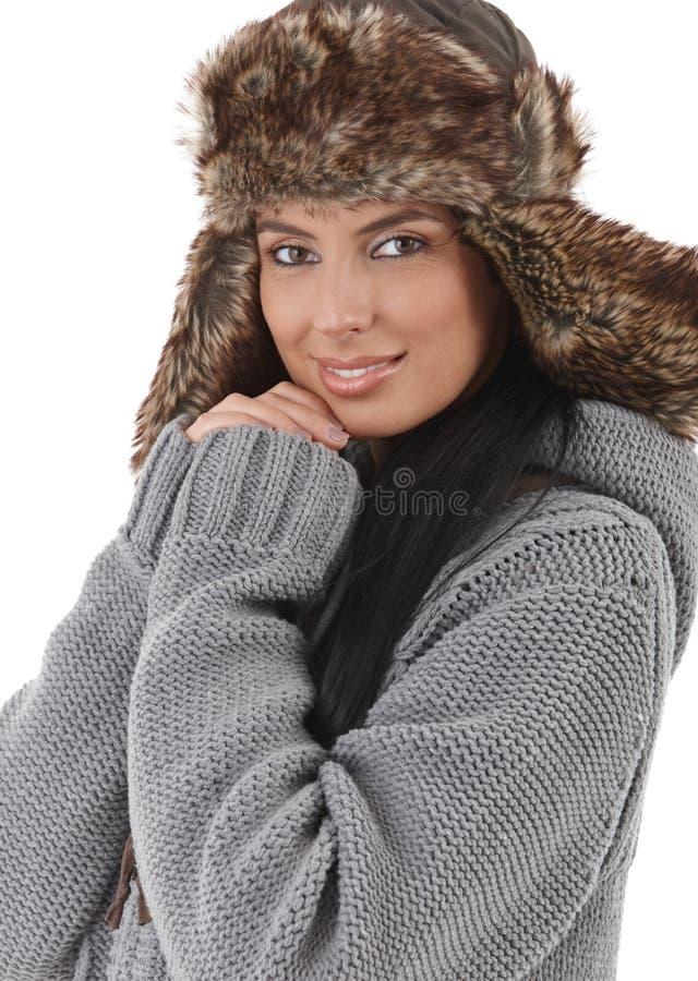 Lächelnde Frau gekleidet für Winterspaß stockfoto