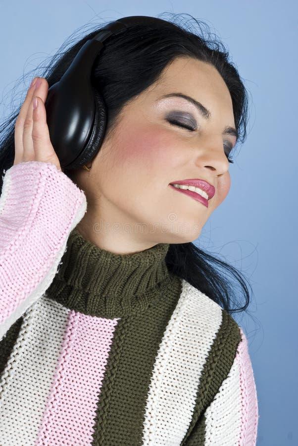 Lächelnde Frau hören und genießen Musik stockfotos