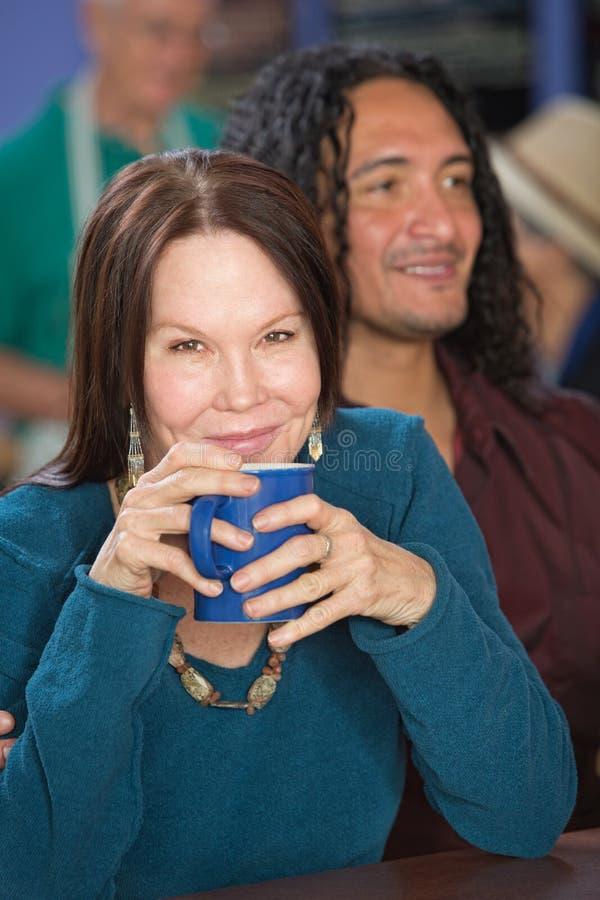 Lächelnde Frau im Café stockfotografie
