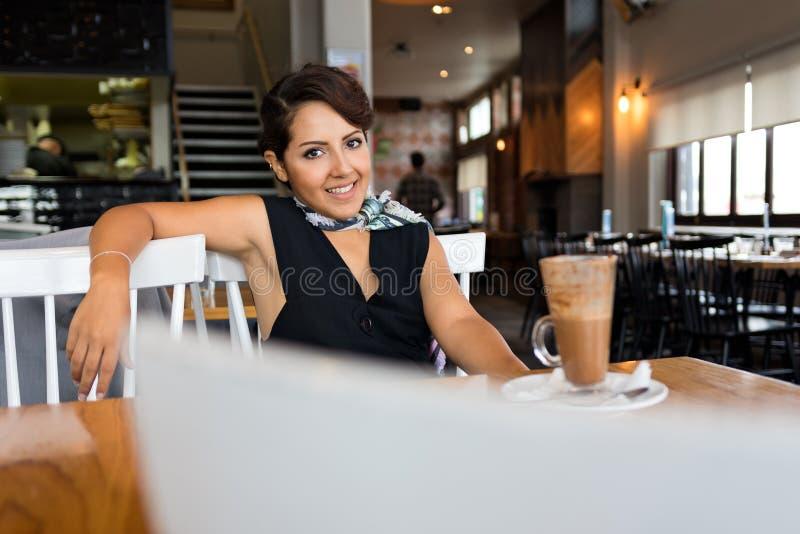 Lächelnde Frau im Kaffee lizenzfreies stockfoto