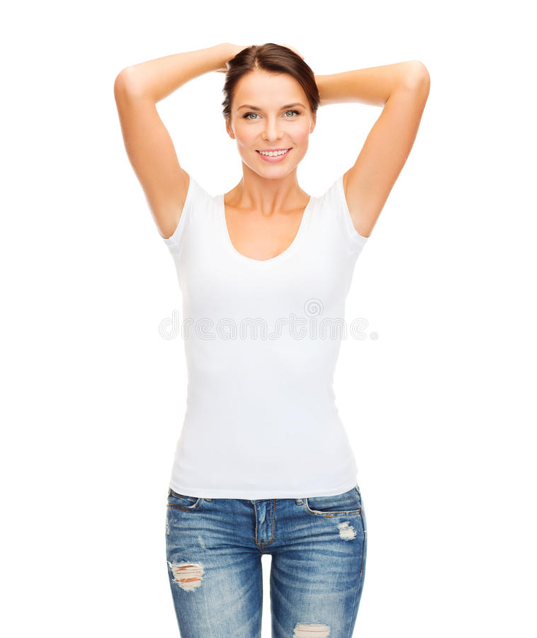 Lächelnde Frau im leeren weißen T-Shirt lizenzfreie stockbilder
