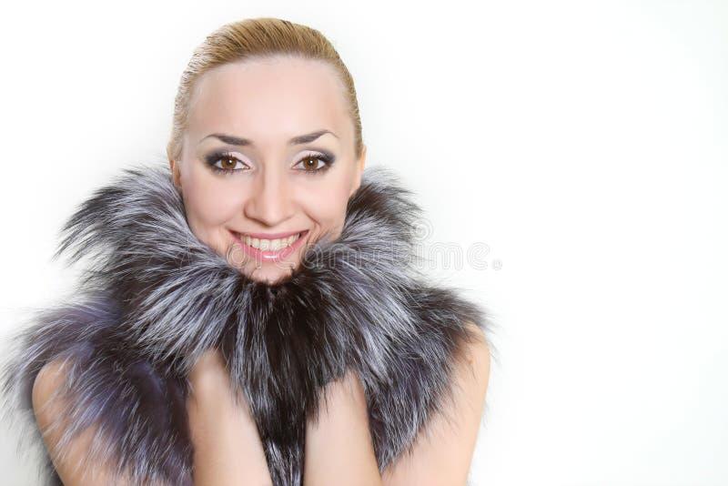 Lächelnde Frau im Pelz stockbild