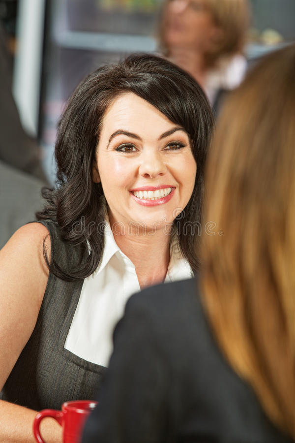 Lächelnde Frau im Restaurant stockfotografie