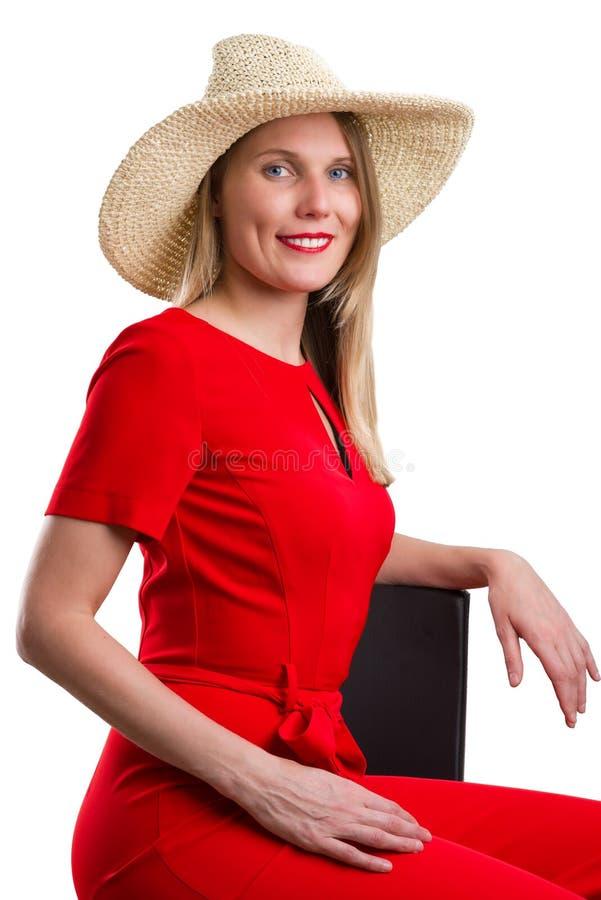Frau Mit Dem Roten Hut Der Auf Dem Stuhl Sitzt Stockbild