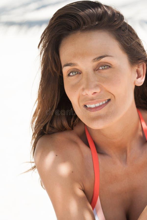 Lächelnde Frau im Sommer lizenzfreie stockfotografie