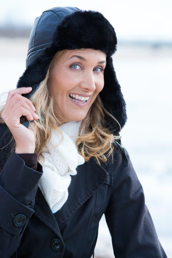 Lächelnde Frau im Winter stockfotografie