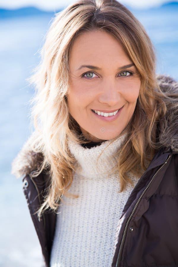 Lächelnde Frau im Winter stockfotos