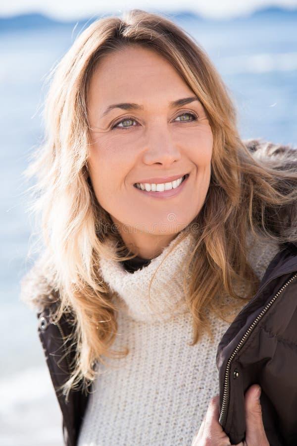 Lächelnde Frau im Winter stockfoto