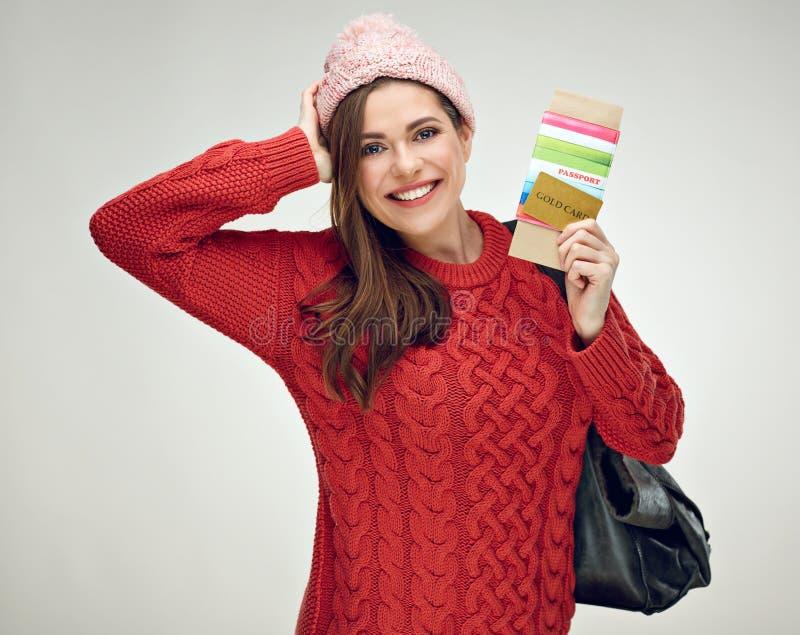 Lächelnde Frau kleidete die warme Kleidung des Winters, die zu Ferien tra bereit ist stockfoto