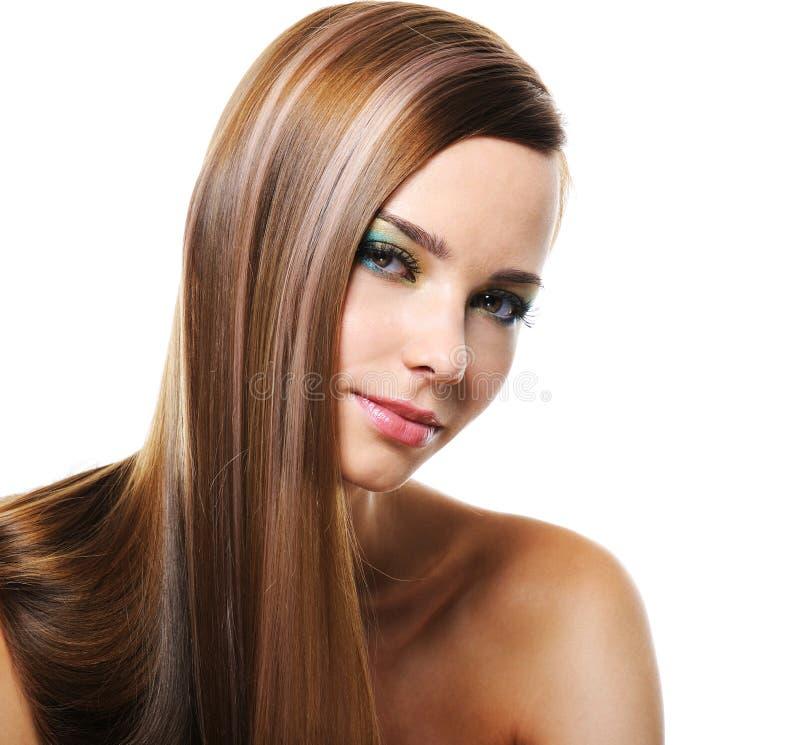 Lächelnde Frau mit dem geraden langen Haar lizenzfreies stockbild