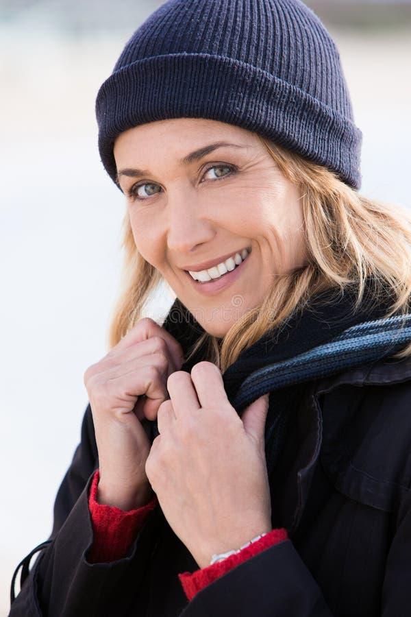 Lächelnde Frau mit einem Wollhut lizenzfreies stockbild