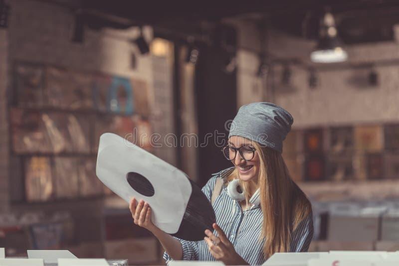 Lächelnde Frau mit einer Aufzeichnung stockfotografie