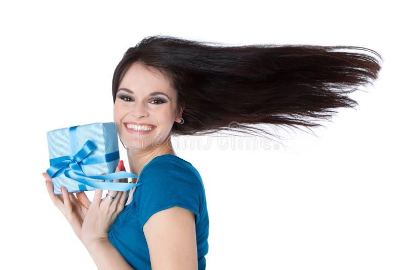 Lächelnde Frau mit Geburtstagsgeschenk lizenzfreie stockfotos