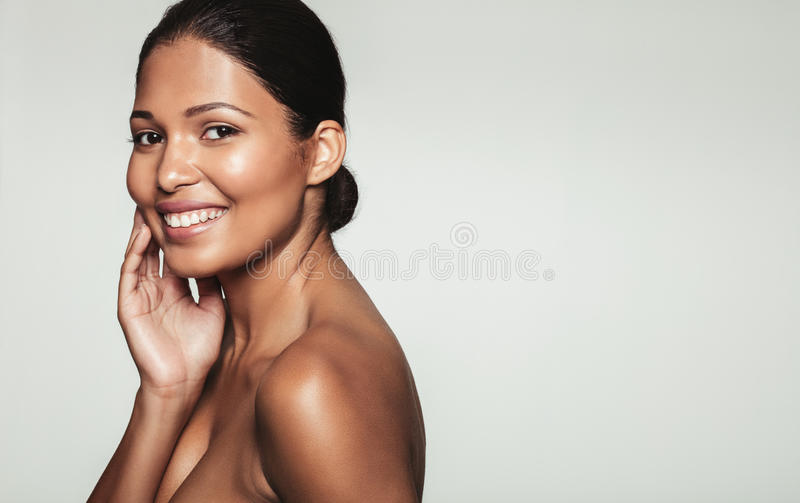 Lächelnde Frau mit gesunder Haut lizenzfreies stockfoto