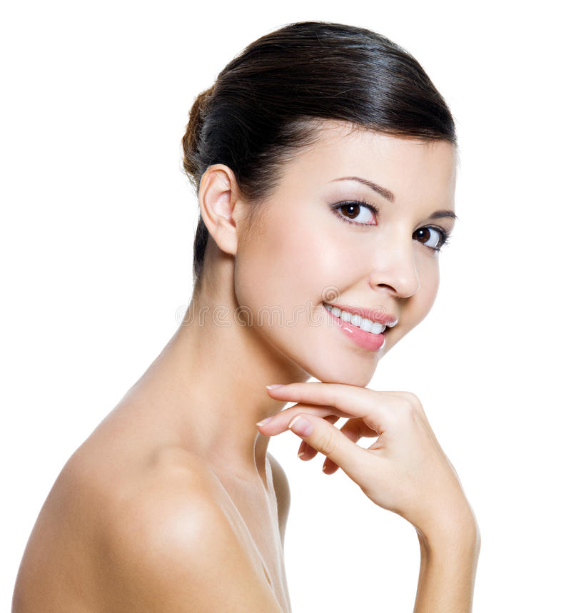 Lächelnde Frau mit Gesundheitshaut eines Gesichtes lizenzfreies stockfoto