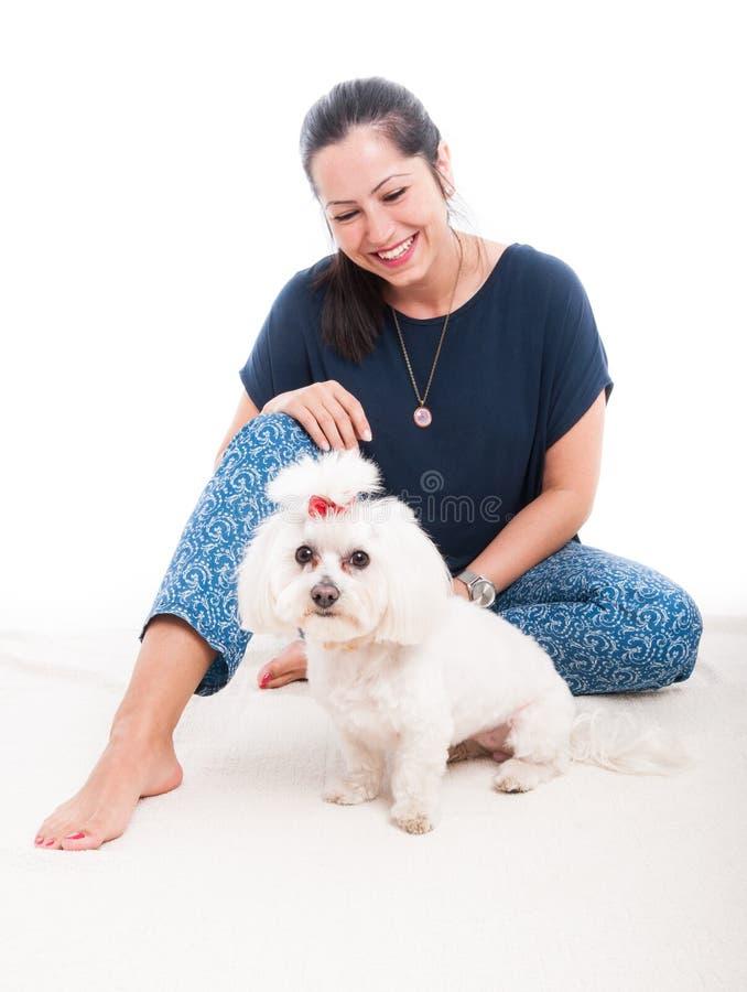 Lächelnde Frau mit ihrem flaumigen Hund stockfoto