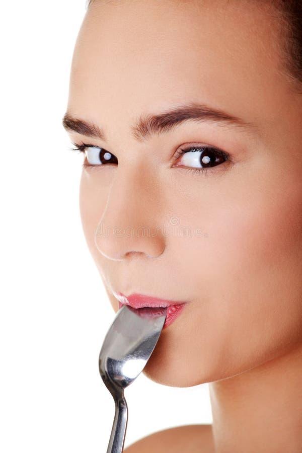 Download Lächelnde Frau Mit Löffel In Ihrem Mund Stockfoto - Bild von frau, appetit: 27730474