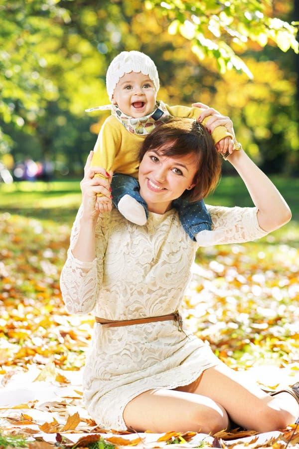 Lächelnde Frau mit lachendem Baby stockbild