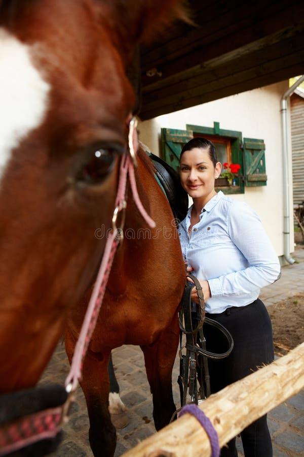 Lächelnde Frau mit Pferd lizenzfreie stockfotos