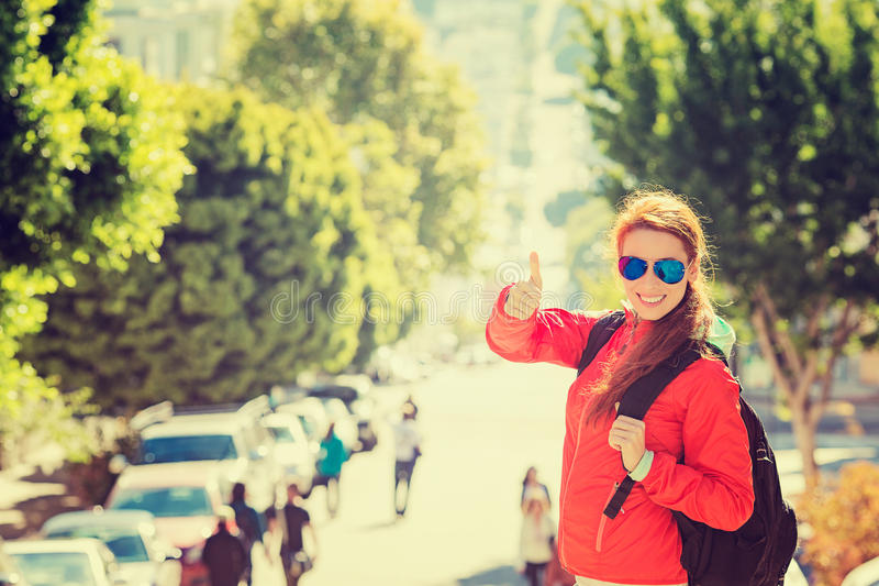 Lächelnde Frau mit Sonnenbrille und Rucksack in San Francisco-Stadt am sonnigen Tag stockbilder