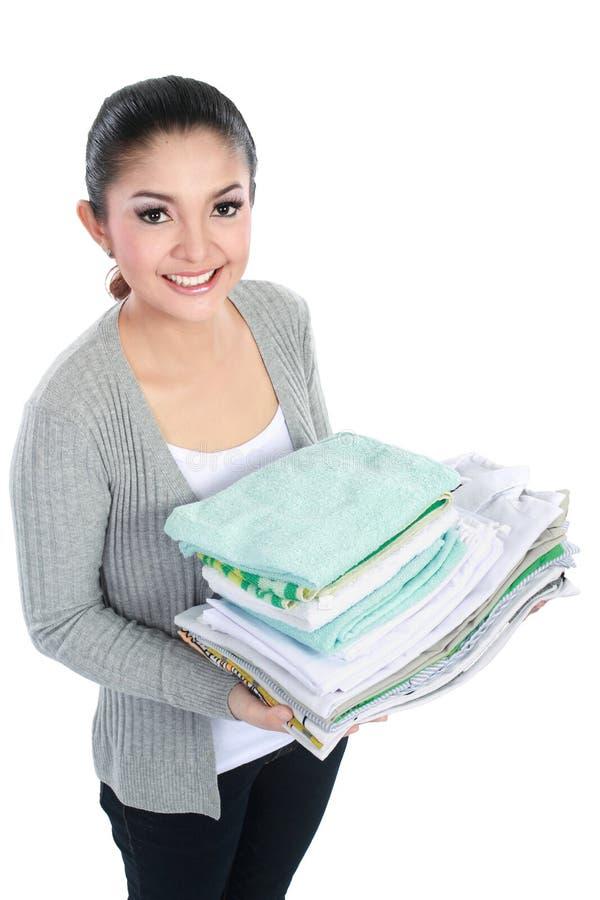 Lächelnde Frau mit Wäscherei stockfoto