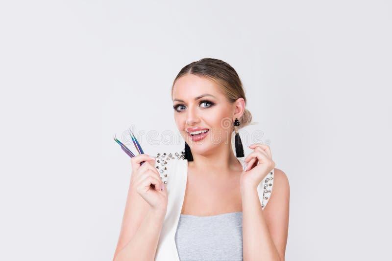 Lächelnde Frau mit Wimperergänzung stockfotografie