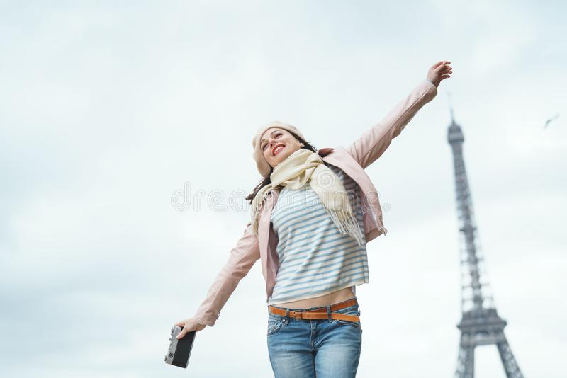 Lächelnde Frau in Paris stockfotografie
