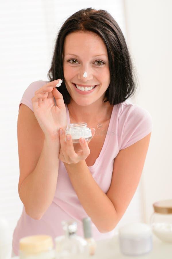 Download Lächelnde Frau Setzte Feuchtigkeitscremesahne In Badezimmer Ein Stockfoto - Bild von attraktiv, morgen: 26370696
