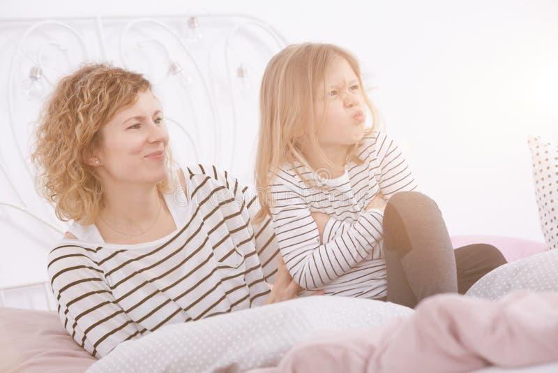 Lächelnde Frau und ihre Tochter lizenzfreie stockbilder