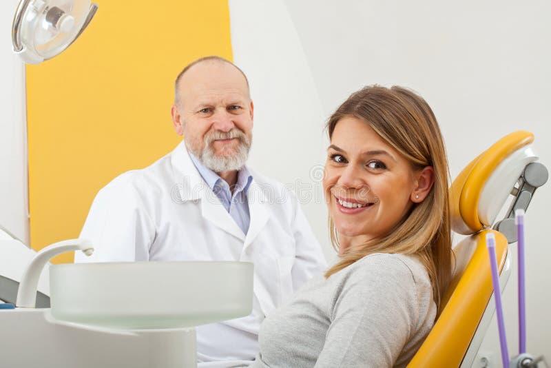 Lächelnde Frau am Zahnarzt lizenzfreie stockfotos