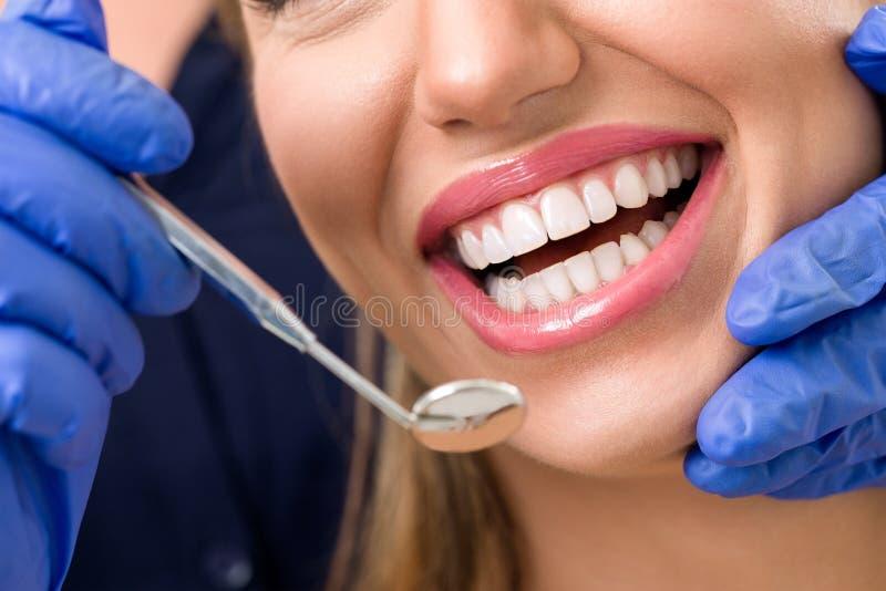 Lächelnde Frau am Zahnarzt lizenzfreies stockbild