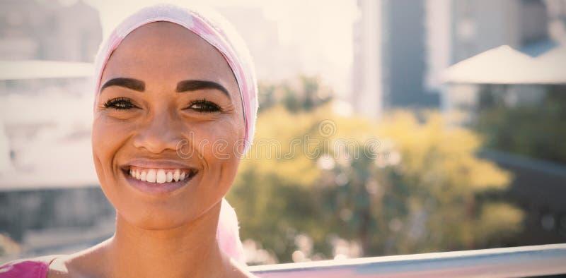 Lächelnde Frauen, die Beschwörungsformelschal tragen lizenzfreie stockfotos