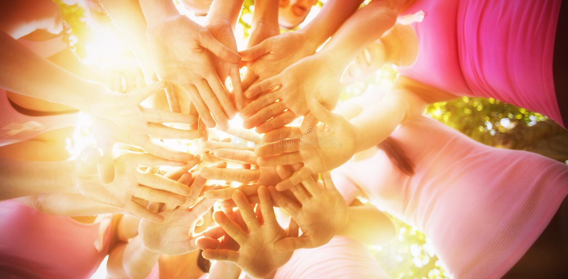 Lächelnde Frauen, die Ereignis für Brustkrebsbewusstsein organisieren stockbild