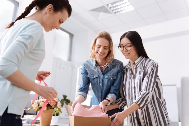 Lächelnde Frauen, die Paket für Kunden vorbereiten lizenzfreie stockfotografie