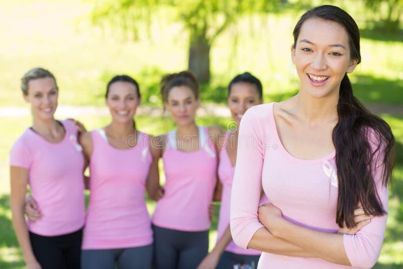 Lächelnde Frauen im Rosa für Brustkrebsbewusstsein lizenzfreie stockbilder