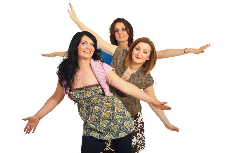 Lächelnde Frauen mit den Armen oben lizenzfreie stockbilder