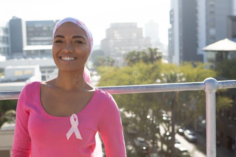 Lächelnde Frauen mit Krebs lizenzfreies stockbild