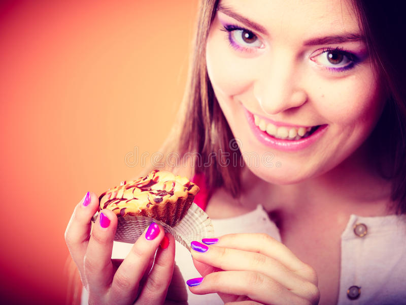 Lächelnde Frauengriffe backen in der Hand zusammen lizenzfreies stockbild
