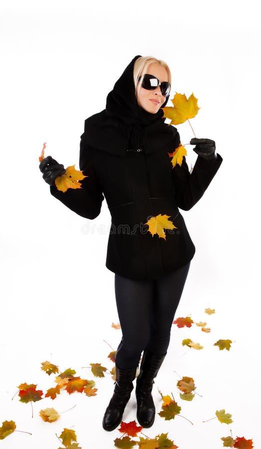 Lächelnde Frauenholding-Ahornblätter stockfotografie