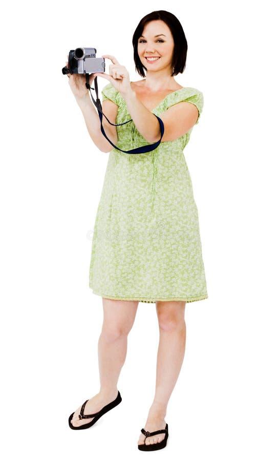 Lächelnde Frauenholding-Heimvideokamera stockbild