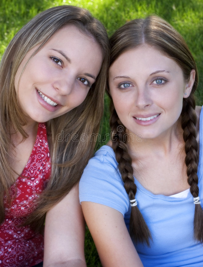 Lächelnde Freunde lizenzfreie stockfotos