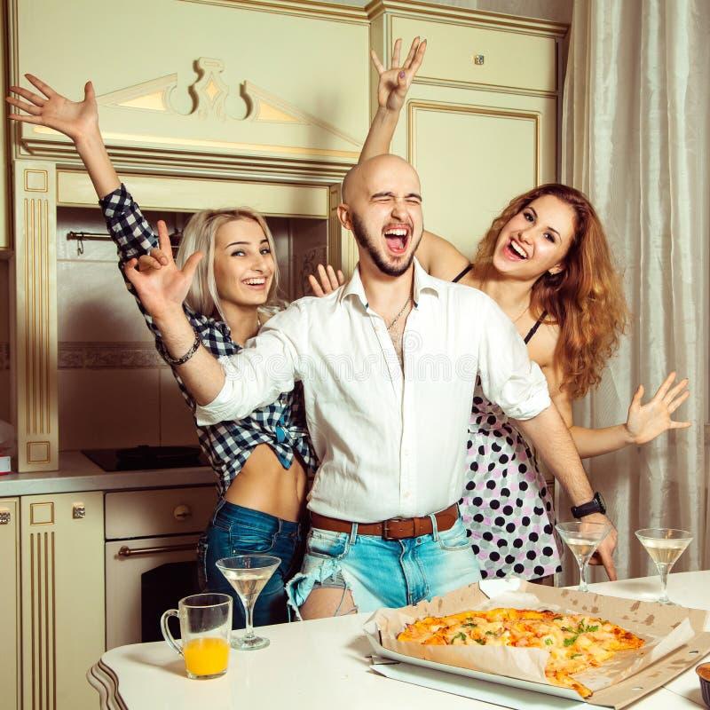 Lächelnde Freunde, die in Hausparty tanzen stockfotografie