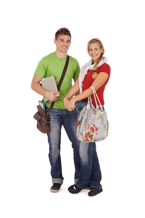 Lächelnde Freunde, die zur Universität gehen lizenzfreie stockfotografie