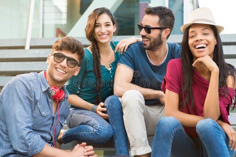 Lächelnde Freunde im Freien in der Stadt lizenzfreie stockfotos