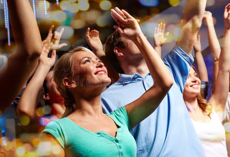 Lächelnde Freunde am Konzert im Verein stockbilder